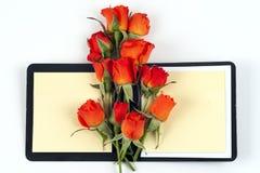 Rose de rouge sur un carnet et un crayon Photographie stock libre de droits