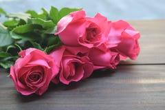 Rose de rose sur le fond en bois brun Photographie stock libre de droits