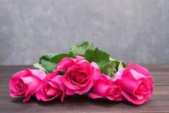 Rose de rose sur le fond en bois brun Images stock