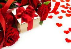 Rose dei biglietti di S. Valentino di arte e contenitore di regalo rossi Immagini Stock Libere da Diritti