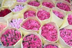Rose dei mazzi da vendere ad un florist& x27; negozio di s con carta immagini stock libere da diritti