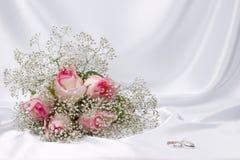 Rose del mazzo ed anelli di cerimonie nuziali Fotografie Stock Libere da Diritti