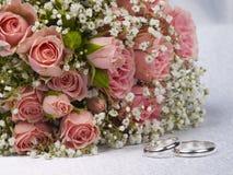 Rose del mazzo ed anelli di cerimonie nuziali Immagine Stock Libera da Diritti