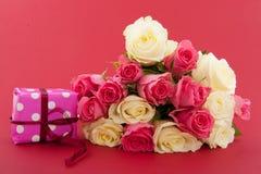 Rose del mazzo su colore rosso Fotografie Stock Libere da Diritti