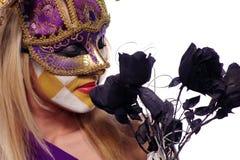 Rose del nero di annusata della donna Immagini Stock Libere da Diritti