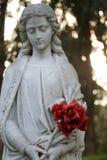 Rose della tenuta della statua di marmo immagini stock