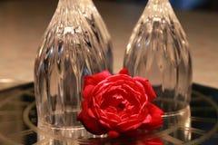 Rose devant les verres de vin à l'envers Photos libres de droits