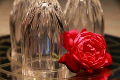 Rose devant les verres de vin à l'envers Photo libre de droits