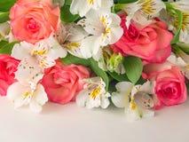 Rose di color salmone ed alstroemeria bianco Immagini Stock Libere da Diritti