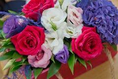 Rose di Colorfull Foto del primo piano degli ambiti di provenienza del bonteque delle rose di un rosso, del whitw e delle rose Ro Fotografie Stock Libere da Diritti