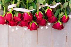 Rose di fioritura di rosso su legno Fotografia Stock Libera da Diritti
