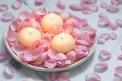 Rose e candele rosa immagine stock libera da diritti
