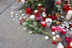 Rose e candele - tributo al primo Presidente ceco Fotografie Stock