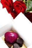Rose e cuori rossi per il giorno del biglietto di S. Valentino Fotografia Stock Libera da Diritti