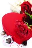 Rose e cuori rossi per il giorno del biglietto di S. Valentino Fotografie Stock Libere da Diritti