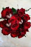 Rose e cuori rosso scuro del cioccolato Fotografia Stock