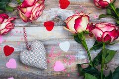Rose e cuori su fondo di legno Cartolina d'auguri di giorno di biglietti di S. Valentino o di giorno di madri Fotografia Stock