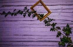 Rose e fiori su un fondo di una parete di legno Fondo illustrazione di stock