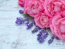Rose e mazzo rosa della lavanda sui precedenti bianchi Fotografie Stock Libere da Diritti