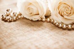Rose e perle immagini stock