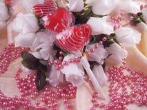 Rose e polloni del biglietto di S. Valentino fotografia stock