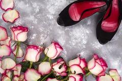 Rose e scarpe alla moda Fotografie Stock Libere da Diritti