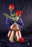 Rose e traversa patriottiche fotografia stock