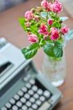 Rose e vecchia macchina da scrivere Fotografia Stock
