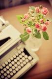 Rose e vecchia macchina da scrivere Fotografia Stock Libera da Diritti