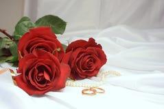 Rose ed anelli di cerimonia nuziale Fotografia Stock