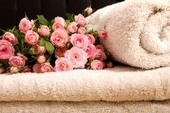 Rose ed asciugamani Fotografia Stock