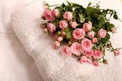 Rose ed asciugamani Immagine Stock