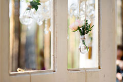 Rose in einer Glasbirne Stockfotografie
