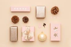 Rose en pastel et fond minimal de Noël d'or Beaux cadeaux nordiques de Noël d'isolement sur le fond beige Cadres de cadeau roses images stock