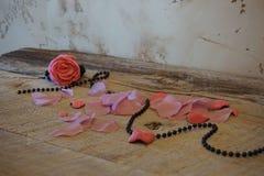Rose en tabel foto de archivo libre de regalías