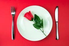 Rose en una placa Imagen de archivo libre de regalías