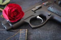 Rose et arme à feu Photographie stock libre de droits