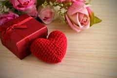 Rose et avec le boîte-cadeau rouge et la forme rouge de coeur, Saint-Valentin Image libre de droits