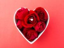 Rose et bague à diamant à l'intérieur de cuvette de forme de coeur Photos stock
