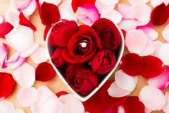 Rose et bague à diamant photo libre de droits