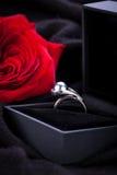 Rose et bague à diamant de rouge dans une boîte Photographie stock