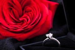 Rose et bague à diamant de rouge dans une boîte Photographie stock libre de droits