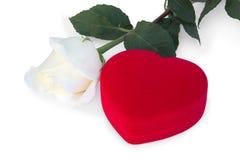 Rose et boîte dans une forme de coeur Photographie stock libre de droits