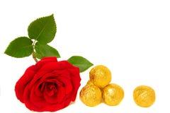 Sucreries et rose de rouge Photo stock