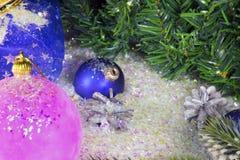 Rose et boule bleue du ` s de nouvelle année Image stock