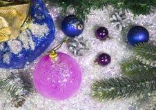 Rose et boule bleue du ` s de nouvelle année, configuration plate Photos libres de droits