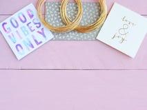 Rose et bureau d'or avec des cartes de voeux et des bracelets d'or Photo stock