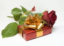 Rose et cadeau Image libre de droits