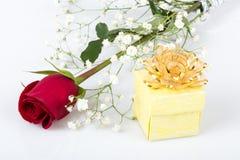 Rose et cadeau pour la valentine Photo libre de droits