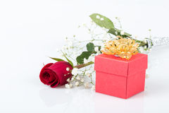 Rose et cadeau pour la valentine Photo stock